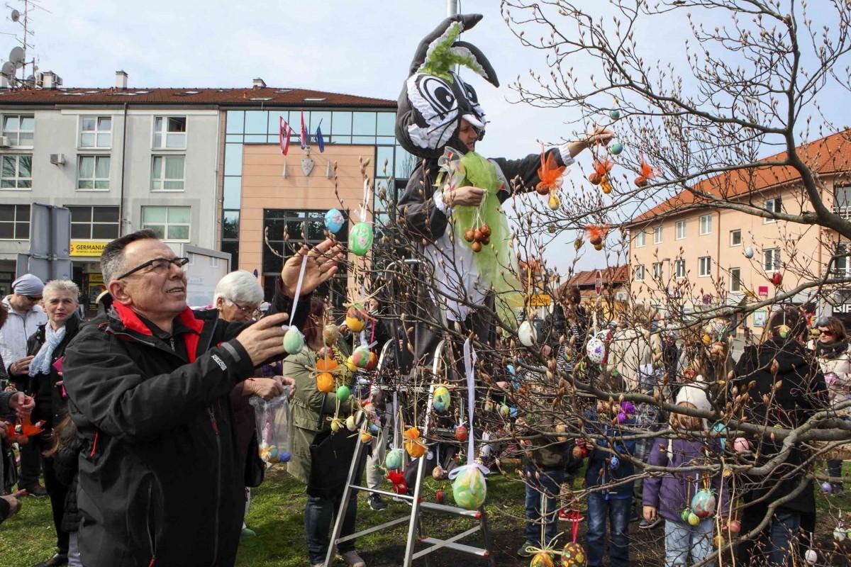 Djeca kitila uskršnje stablo na ivanečkoj Špici!